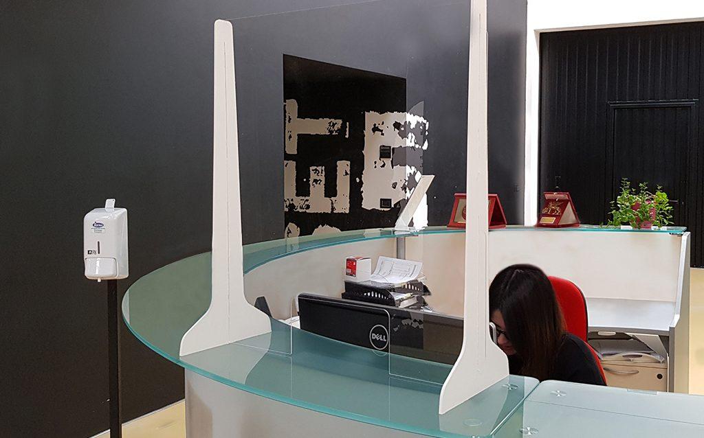 pannelli-divisori-plexiglass-ufficio.jpg